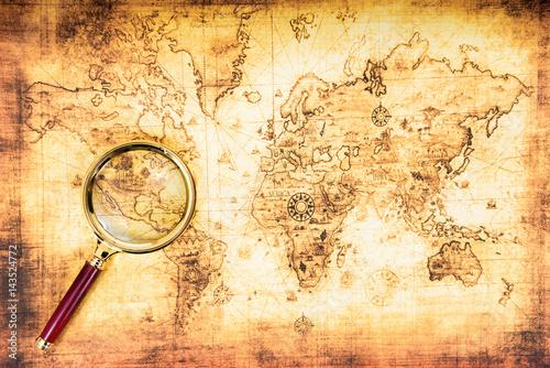Fototapeta Stara mapa ze szkłem powiększającym