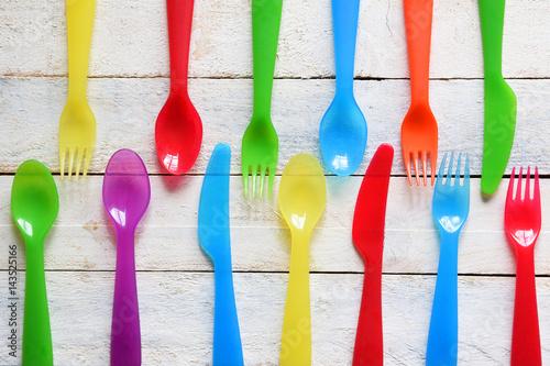 Fotodibond 3D Dziecka cutlery na białym drewnianym stole w dziecinu. Kolorowe tło sztućce.