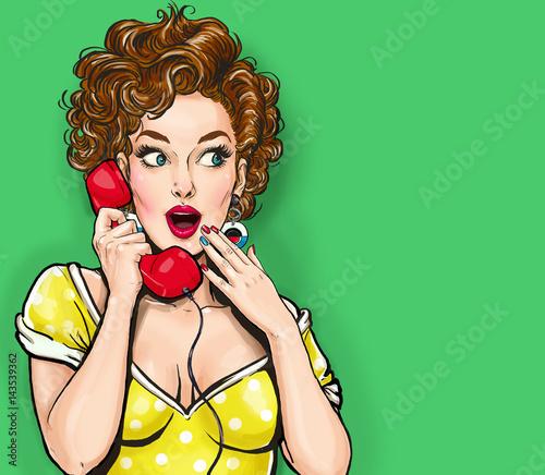 Zaskoczony, seksowna kobieta z telefonem retro. Plakat reklamowy. Komiksowa kobieta. Plotki dziewczyna. Zadzwoń.