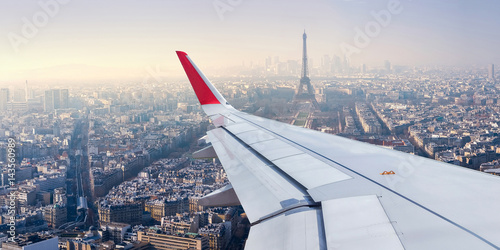Türaufkleber Flugzeug Paris Cityscape View from Airplane Window