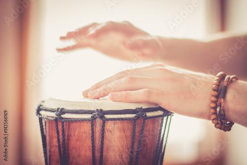 Obraz na plátne Hände Trommeln auf Holztrommel