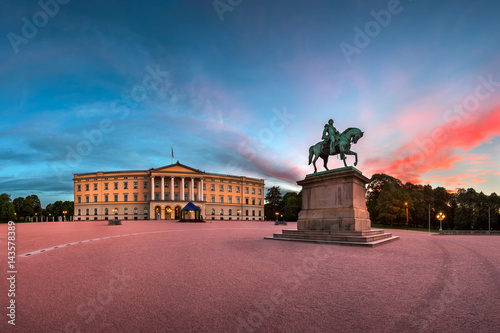 Foto auf Leinwand Schloss Panorama of the Royal Palace and Statue of King Karl Johan at Sunrise, Oslo, Norway