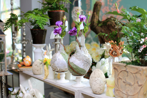 Fototapeta  Jajo Wielkanocne, waza z kwiatami i królik w kwiaciarni. obraz
