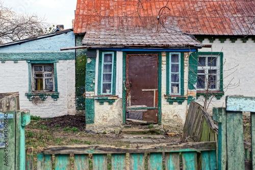 Fotografie, Obraz  Старый частный домик во дворе за забором