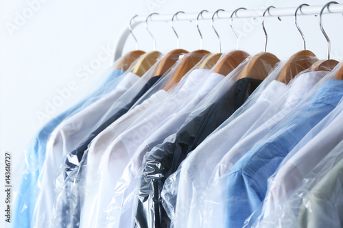 Fotografía  Rack of clean clothes hanging on hangers at dry-cleaning