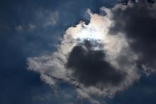 雲から透けて見える太...