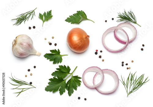 Foto red onion, garlic and spices isolated on white background, top view
