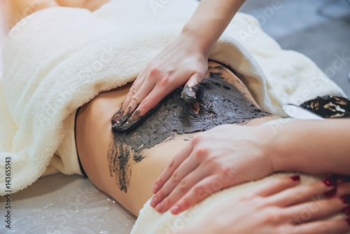 Fotografía  Beautiful woman in spa salon getting mud body massage