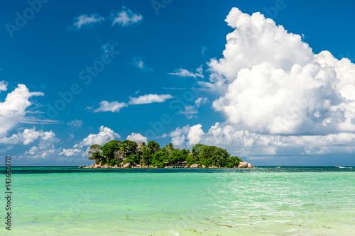 tropikalna-wyspa-pralism-na-seszelach-z-lazurowa-woda