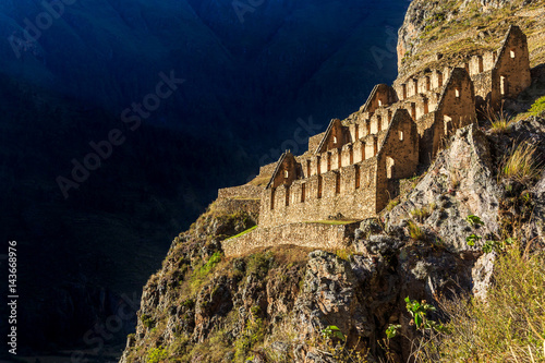 Poster Ruine Pinkuylluna, ruins of ancient Inca storehouses located on mountains, Sacred Valley, Ollantaytambo, Peru
