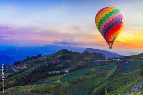 Foto op Plexiglas Ballon Hot air balloon on beautiful mountain