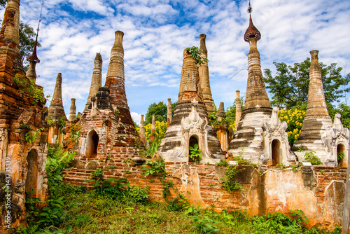 Foto  Shwe Indein Pagoda, a group of Buddhist pagodas in the village of Indein, near Y