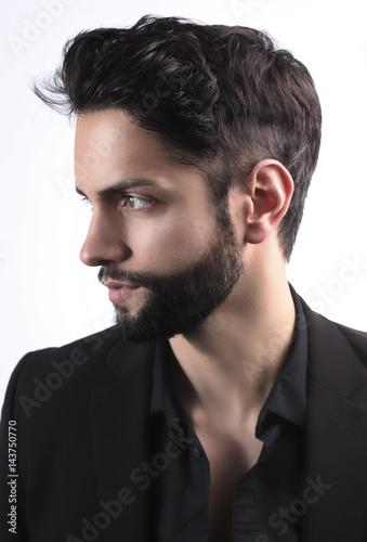 Fototapeta Widok z boku portret stylowy młody człowiek z nowoczesną fryzurę