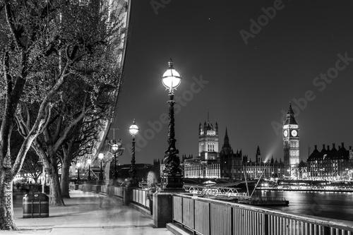 Fototapeta Czarny i biały artystyczna nocy fotografia Londyński oko, Big Ben i domy parlament w Londyn, UK.