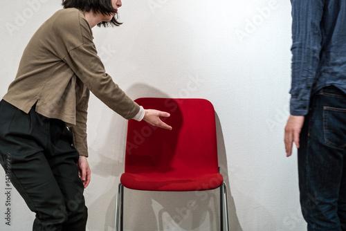 Vászonkép 席を譲る女性