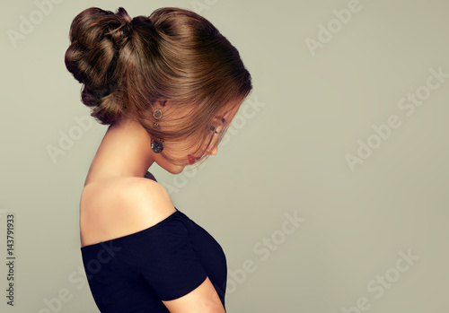 Cadres-photo bureau Salon de coiffure Beautiful model girl with elegant hairstyle . Woman with fashion style makeup