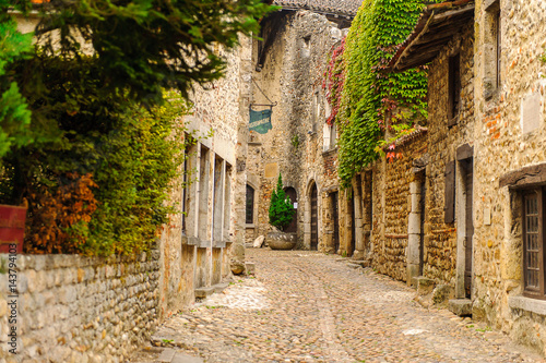 Fotografía  Medieval architecture of Perouges, France, a walled town, a popular touristic attraction