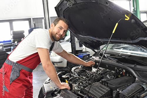 Zdjęcie XXL Mechanik samochodowy w warsztacie