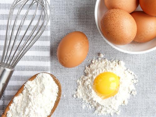 Zdjęcie XXL Jaja skórki kurczaka, mąka, składniki i kształt rekwizytów oraz corolla do gotowania domowych wypieków płaskich