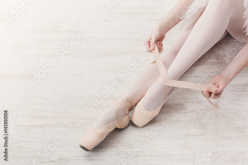 Ballerina zieht Spitzenballettschuhe, anmutige Beine an Fototapete