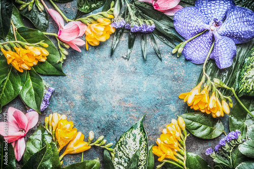 Poster Fleur Floral frame with Exotic flowers and tropical leaves, top view
