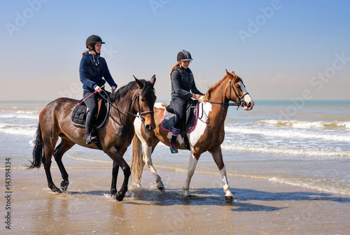 Poster Equitation jeunes cavalières sur la plage