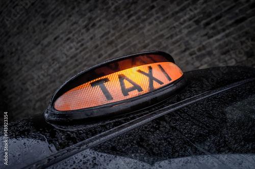 Zdjęcie XXL London światła taxi w mokrym backstreet
