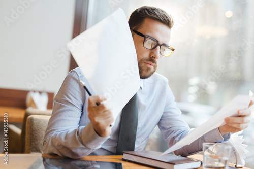 Foto Trader looking through financial papers