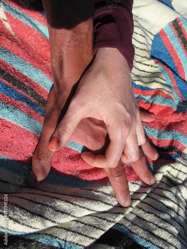Fotografie, Obraz  stringere la mano come gesto d'amore