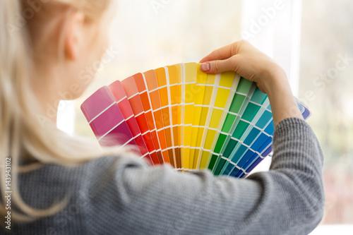 Fotografia woman designer choosing interior design color from swatch palette