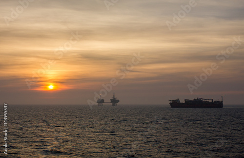 In de dag Schip Oil Field In Sunset