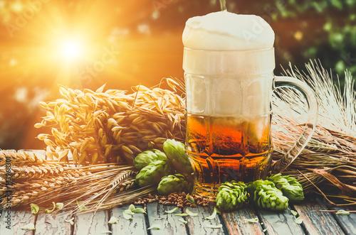 lekkie-pieniste-piwo-w-szklance-na-naturalnym-b