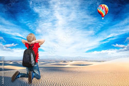 chlopiec-patrzacy-na-kolorowy-balon-na-niebie