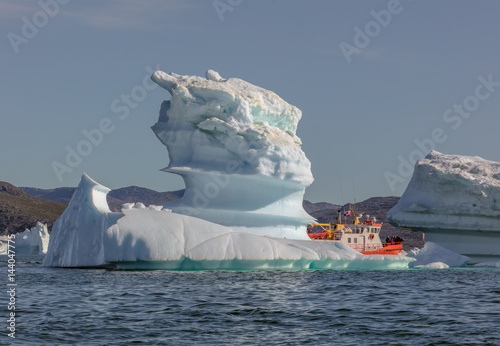 Foto op Aluminium Arctica Disko Bay, Greenland. Tourists take pictures of the iceberg. Source of icebergs is by the Jakobshavn glacier. This is a consequence of the phenomenon of global warming and catastrophic thawing of ice