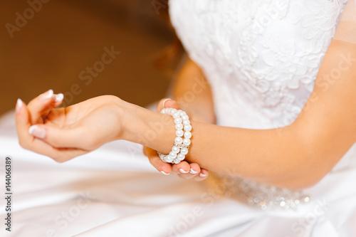 Fotografía  jeweler bracelet on the bride's hand