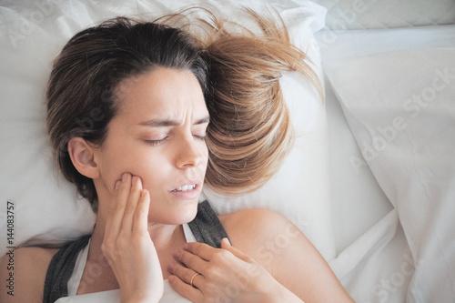 Fotografia  Persona con dolore ai denti, dente del giudizio