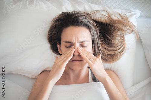 Photo Donna con sinusite o allergia, rinite