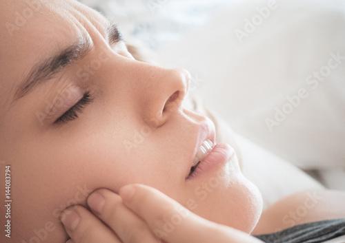 Carta da parati Mal di denti, donna con dolore o carie