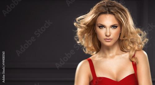Fotografía  Beautiful sexy blonde woman on black background