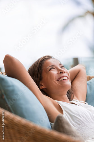 Photo  Home lifestyle woman relaxing enjoying luxury sofa patio furniture on outdoor patio living room or hotel