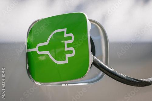Foto  Laden des Elektroautos in der Station