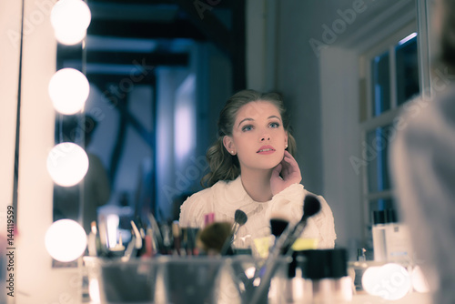 Photo  Dreamy pretty young woman retro 1940s style looking in theater mirror