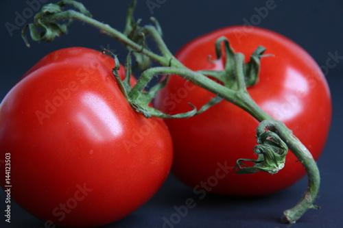 Czerwone, dojrzałe pomidory na gałązce