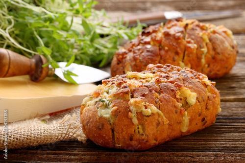 Plakat Domowy świeży chleb nadziewany serem i czosnkiem z ziołami