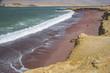 Playa roja en la reserva de Paracas, Peru.