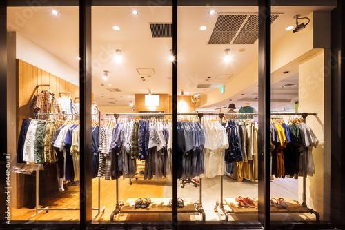 Fotografía  fashion store from glass