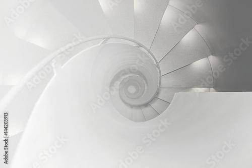 Foto op Plexiglas Trappen Ansicht von oben auf eine Wendeltreppe
