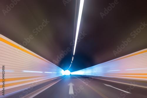 Plakat tunel autostrady z rozmyciem ruchu samochodu
