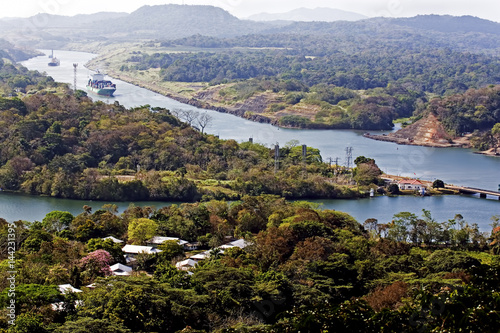 Canvas-taulu Ships navigate the Panama canal