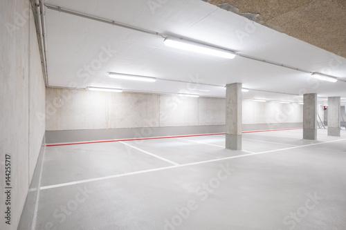 Fotografie, Obraz  Parkplatz in Tiergarage / leeres Parkhaus